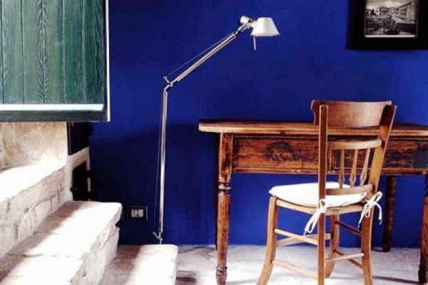 Minimalist-study-room-with-indigo-color-for-paint-wall
